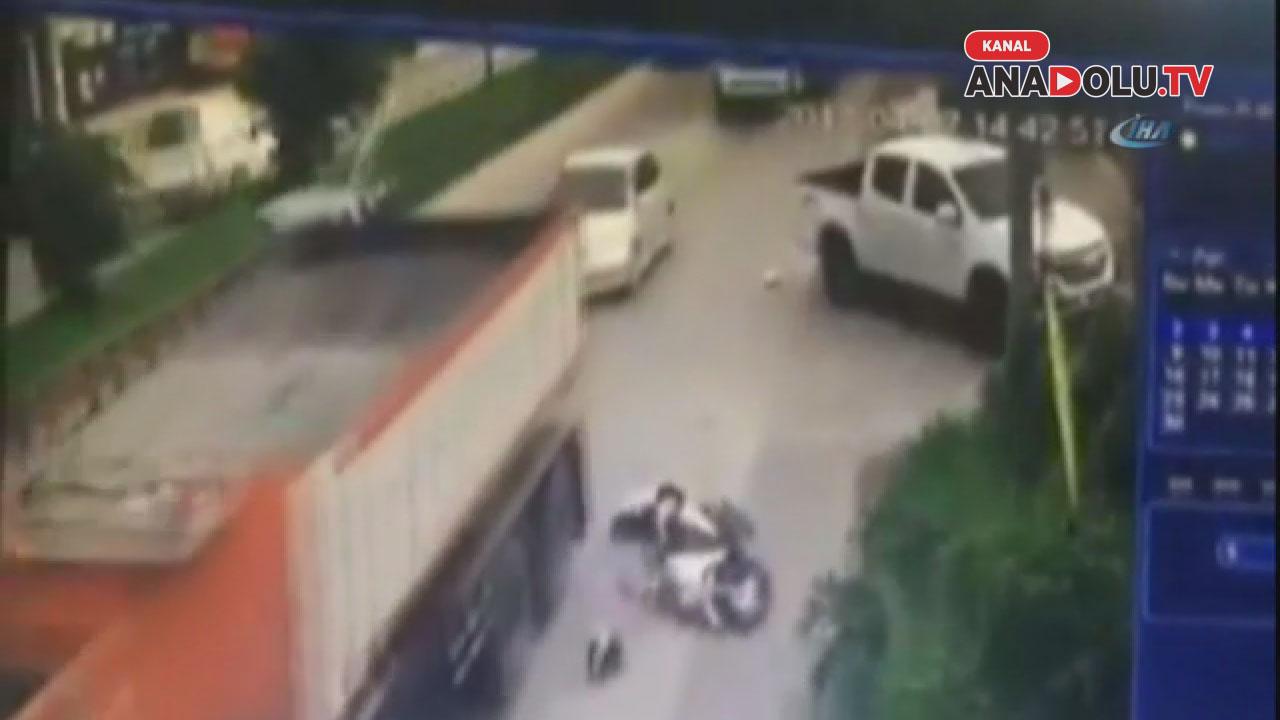 Kamyon motosiklet sürücüsünün kafasını böyle ezdi