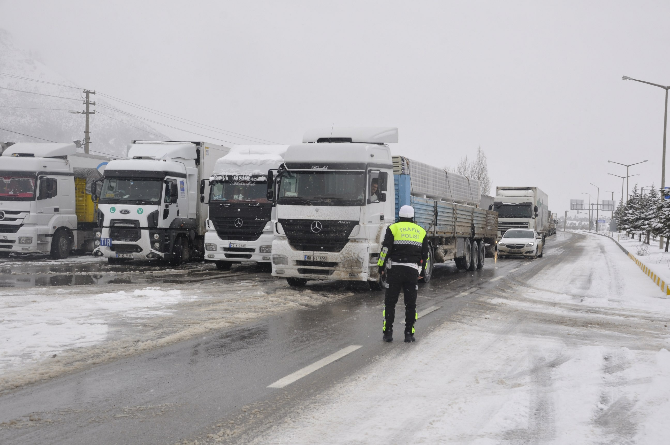 Konya- Antalya karayolunda trafiğe kar engeli