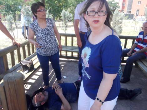 Sınav stresine dayanamayan baba okul bahçesinde bayıldı
