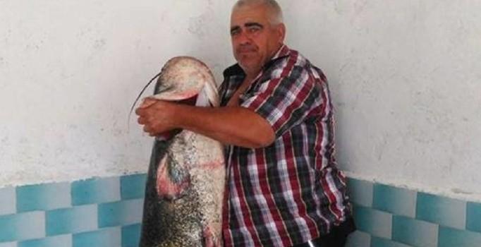 Amatör Balıkçıya Rast Geldi; Boyu Kadar Balık Tuttu